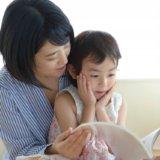 絵本を読み聞かせする親