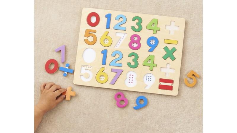 パズルをする子供の手
