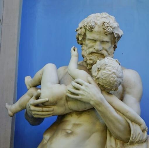 子供を抱く父親の銅像