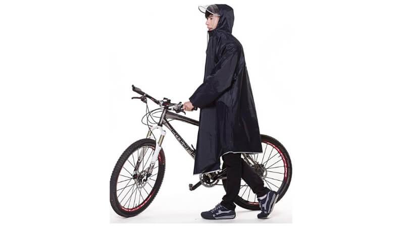 ポンチョをきて自転車を押す男性