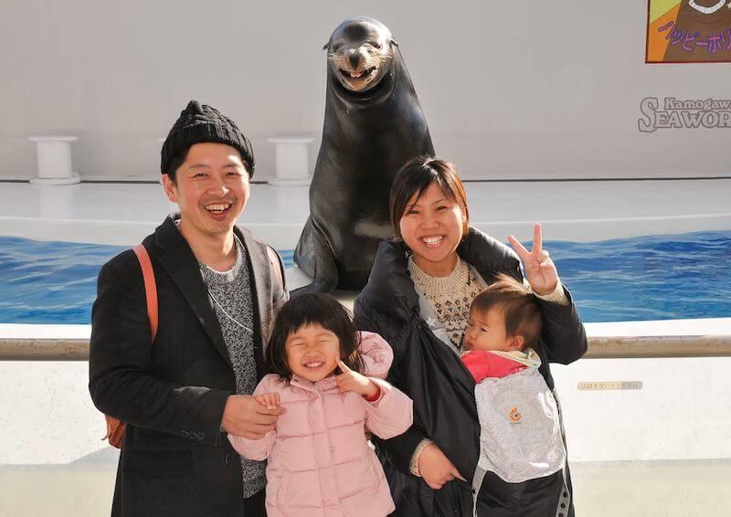 アシカと記念撮影する家族