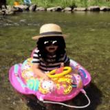 川で遊ぶ子ども