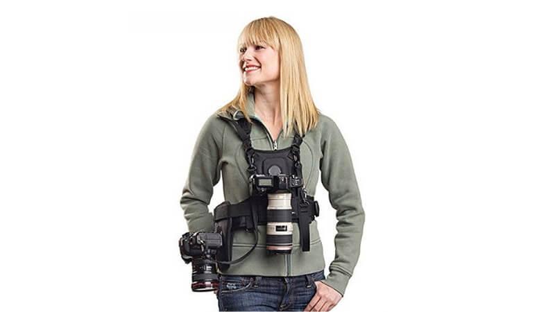 カメラキャリーハーネスをつける女性