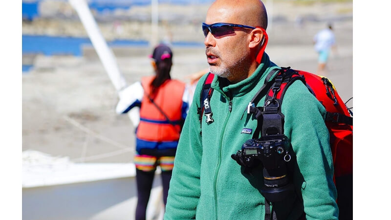 カメラホルダーをつける男性
