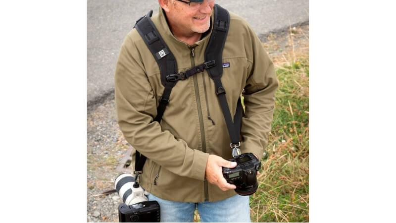 カメラを2台ぶら下げる男性