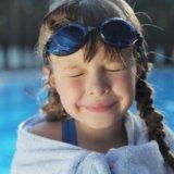 水泳後目を閉じる少女