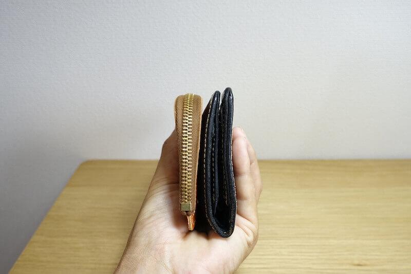 ミニ財布を二つ折りと並べて比較している