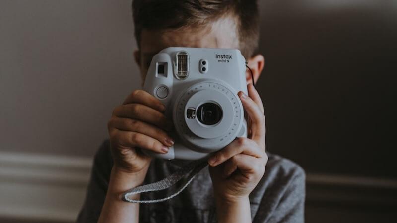 チェキで写真を撮る子供