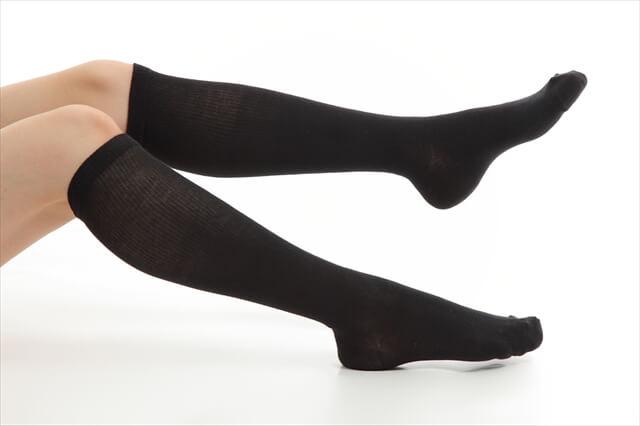 靴下をはいた足