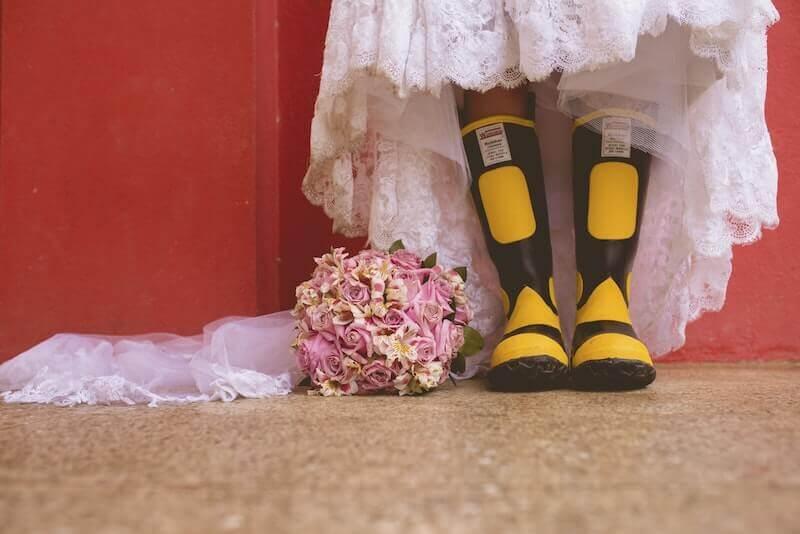ウエディングドレスに長靴を履いた人
