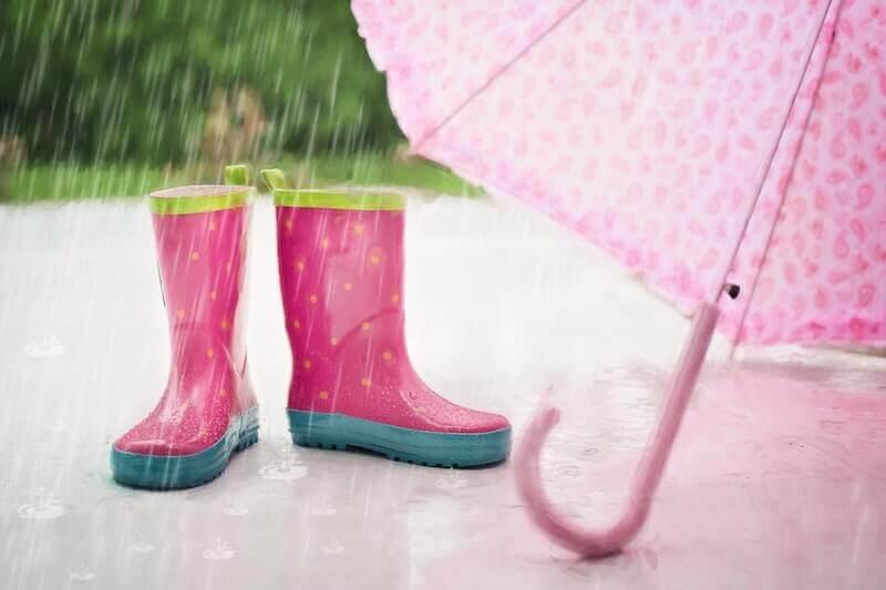 雨の中の長靴と傘