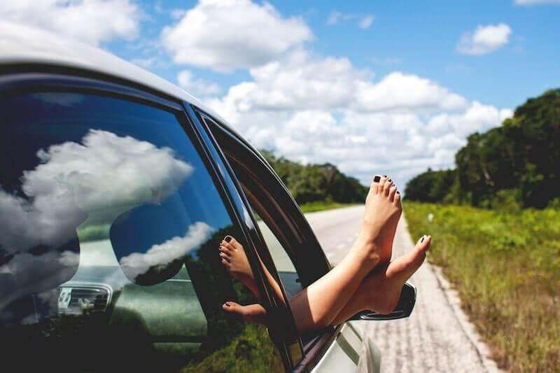 車の窓から足を出して乾燥させている