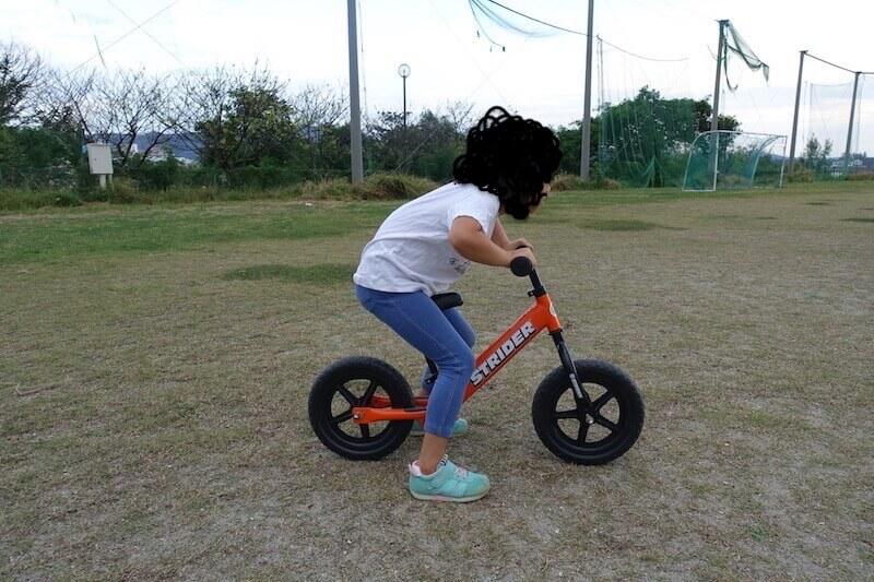 ストライダーに乗る女の子