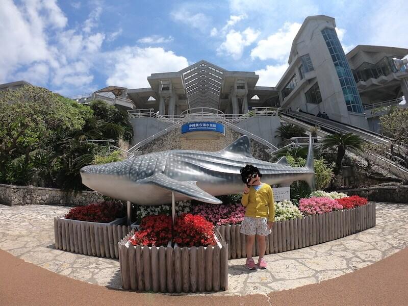 美ら海水族館で記念撮影