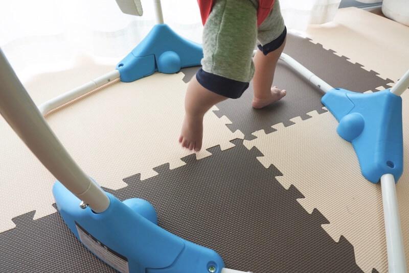 ジャンパルーに乗った子供の足