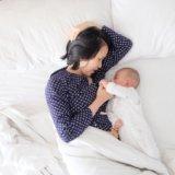 添い寝する親子