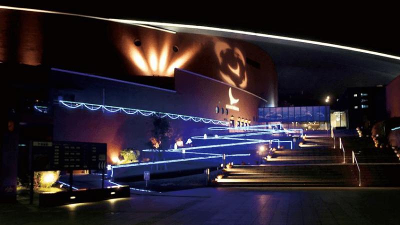 海響館のライトアップされた入り口