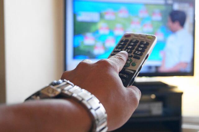 テレビをつけるリモコン