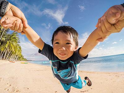親と手をつなぐ子供