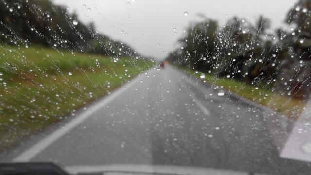 雨が降っているところを車から見た風景