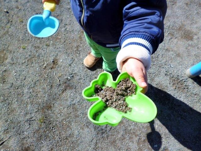 砂遊びする子供