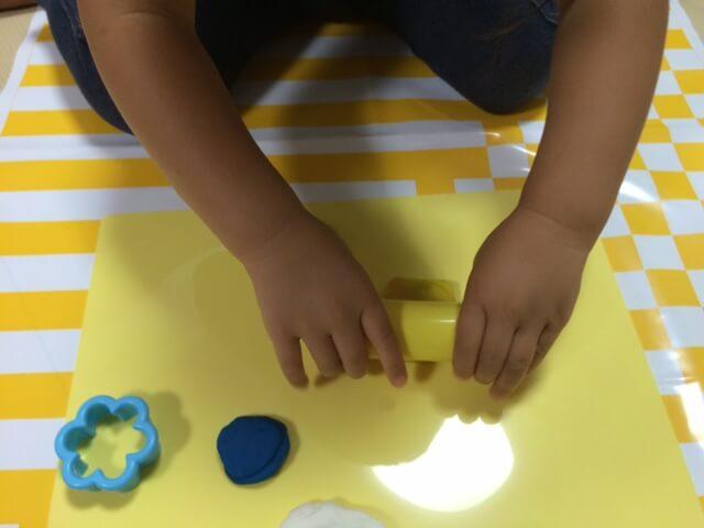 粘土遊びをする子供