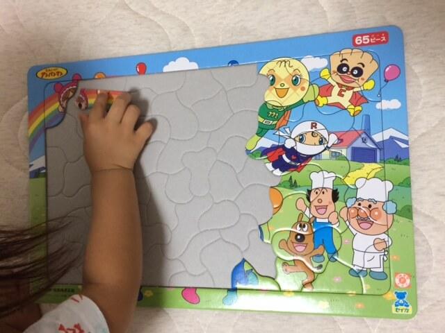 パズルをする子供