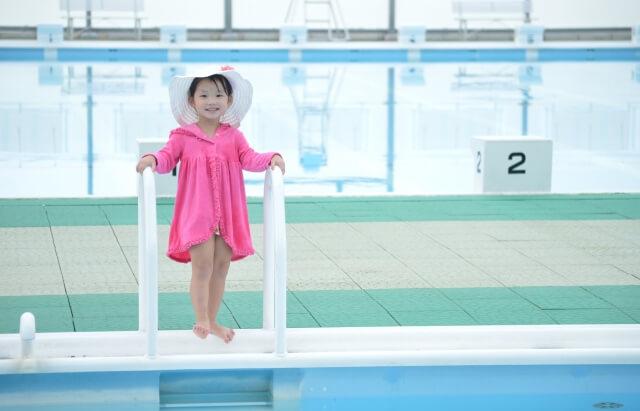 プールサイドに立つ子供