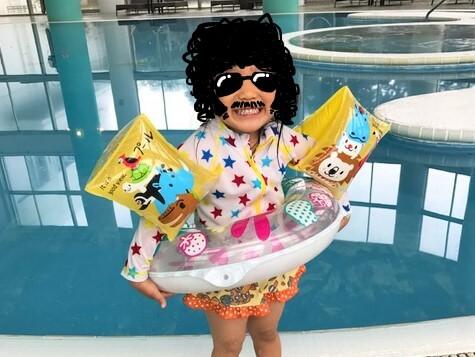 石垣島ANAインターコンチネンタルのプールで泳ぐ娘