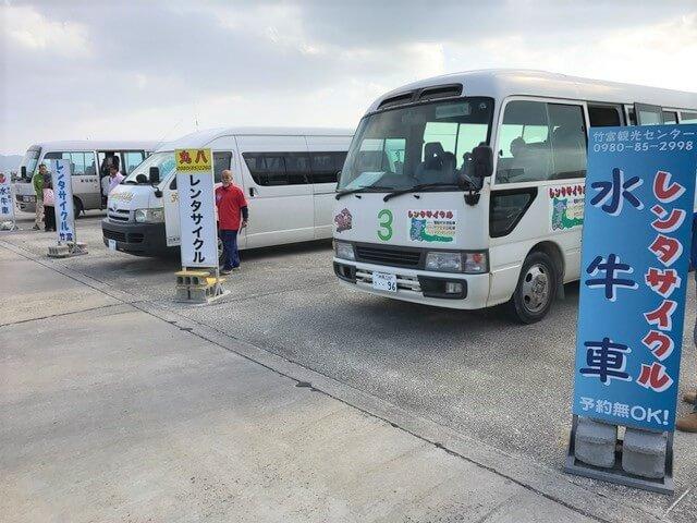 竹富島フェリー乗り場の観光バス
