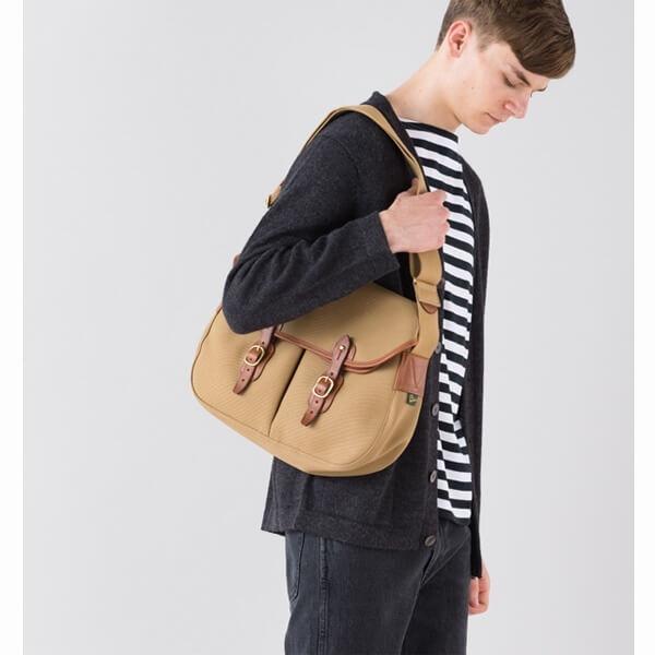 Bradyのバッグを持つ男性