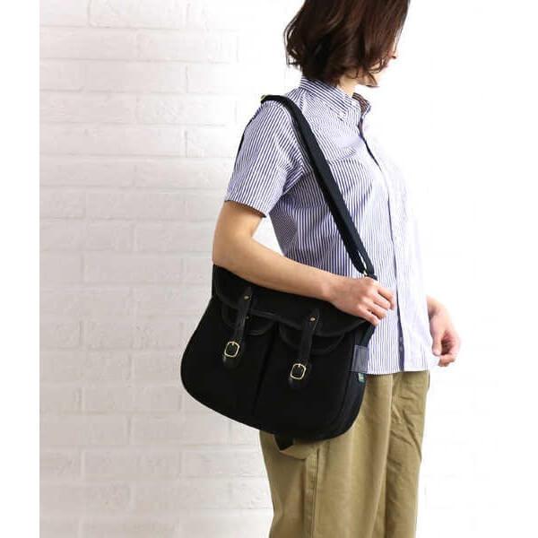 Bradyのバッグを持つ女性
