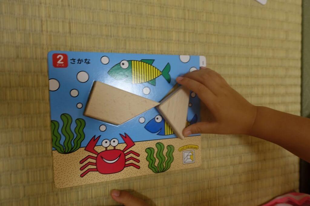 タングラムで遊ぶ子供